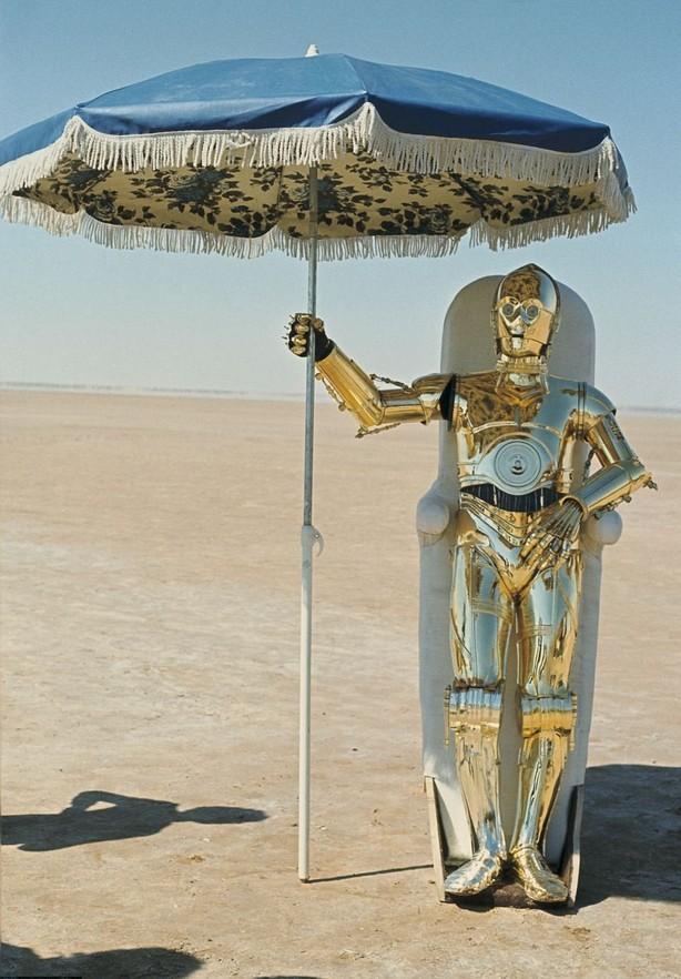 C-3PO se protegendo do terrível calor de Tatooine.